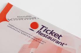 Lorsqu'un salarié utilise les heures de recherche d'emploi prévues par une convention collective et que celles-ci sont rémunérées, il a droit pour ces périodes à l'attribution de titres restaurant.
