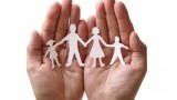 La réduction du taux de cotisations d'allocations familiales s'applique mensuellement. L'employeur peut opter pour une régularisation annuelle ou progressive.
