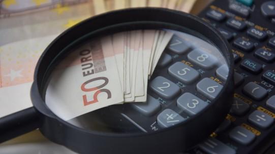 Le prélèvement à la source de l'impôt sur le revenu a été adopté le 18 novembre dans le cadre du projet de loi de finances pour 2017 et devient applicable au 1er janvier 2018 pour tous les employeurs.