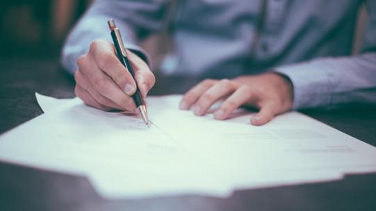 Pour protéger leurs intérêts, les entreprises peuvent prévoir dans le contrat de travail d'un salarié une clause de non-concurrence. La contrepartie financière fait l'objet d'un traitement spécifique en paie.