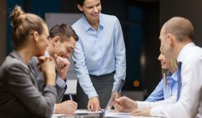 La loi du 5 septembre 2018 pour la liberté de choisir son avenir professionnel impose désormais aux entreprises d'au moins 50 salariés de définir « un objectif de suppression des écarts de rémunération entre les femmes et les hommes », fixant un délai de trois ans pour atteindre l'objectif.