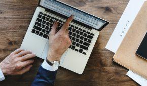 Pour conserver ces documents, l'employeur peut assurer directement l'archivage ou mandater un tiers pour cette tâche. La numérisation doit être réalisée dans des conditions garantissant la reproduction du document à l'identique, avec valeur probante.