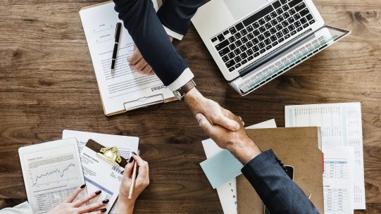 Comment les RH doivent-elles négocier le virage, notamment en matière de droit du travail, au milieu de méthodes toujours plus collaboratives et de données de plus en plus dématérialisées ?