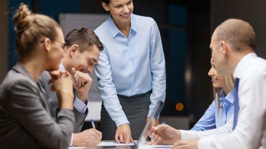 Les salariés placés en activité partielle restent-ils couverts par leur complémentaire santé et leur contrat de prévoyance ? Quelles cotisations sont applicables aux périodes chômées ? Comment déclarer en DSN les cotisations de prévoyance pendant une période d'activité partielle ? Nos experts font le point.