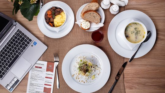 Pendant la crise, nombre de salariés ont bénéficié de titres-restaurant, sans pouvoir les consommer. Selon les sources officielles, le montant thésaurisé s'élèverait à plus de 1,5 milliards d'euros. Désormais, ils peuvent consommer jusqu'à 38 euros par jour au lieu des 19 euros habituels.