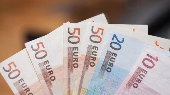 Un projet de décret modifiant le décret relatif à la détermination des taux et modalités de calcul de l'indemnité et de l'allocation d'activité partielle prévoit un report au 1er mars 2021 de la baisse du taux de l'allocation d'activité partielle dans les secteurs protégés.
