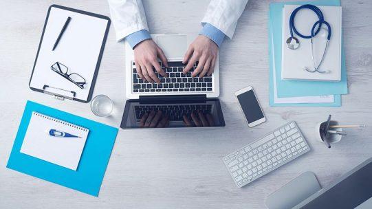 Les services de médecine du travail peuvent participer à la vaccination des salariés des entreprises. Après les médecins généralistes, les médecins du travail peuvent, depuis le 25 février, réaliser les injections de vaccin aux salariés de 50 à 64 ans inclus, sous certaines conditions.